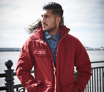 Emre Can mit roter Jacke